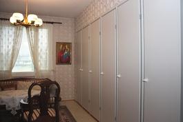 Alakerran makuuhuoneen kaapisto