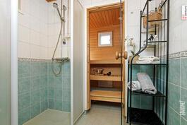 Tilavassa kylpyhuoneessa on kaksi suihkua.