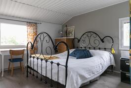 Iso makuuhuone, jonka yhteydessä vaatehuone