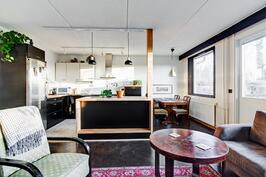 olohuone ja keittiö on  jaettu kalusteella