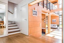 Näkymään eteiseen ja yläkertaan vievään portaikkoon.