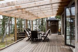 Terassia sauna ja pihalla palju