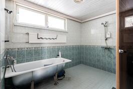 Kylpyhuoneesa myös amme
