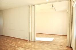 Olohuoneen ja makuuhuoneen/ruokailutilan välissä on haitariovet