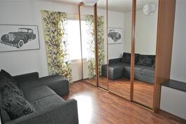 oleskelupihan puoleinen taaimmainen makuuhuone