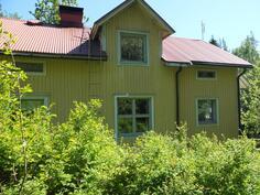 Talossa on kaksi asuinkerrosta sekä kellarikerros