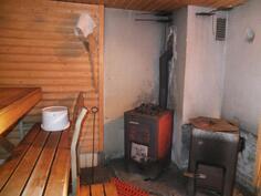 Saunassa on perinteinen puukiuas ja muuripata.