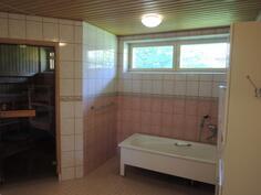 Kylpyhuoneessa amme jossa voi vaikka rentoutua