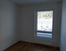Makuuhuoneen ikkunasta vehreät näkymät