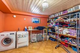 Todella iso kodinhoitohuone kellarissa / Verkligen stort grovkök i källaren