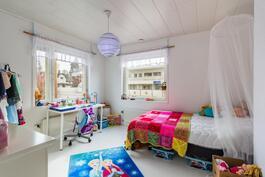 Alakerran makuuhuone / Sovrum på nedre våning