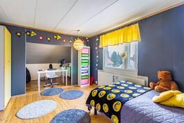 Yläkerran 2. makuuhuone / 2. sovrum på övre våning