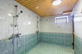 Tilava kylpyhuone kellarissa / Rymligt badrum i källaren