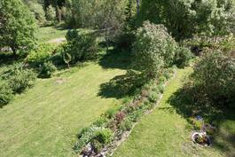 Avaraa nurmikenttäaluetta loivalla tontilla.