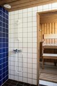 Erillisellä sisäänkäynnillä oleva saunaosasto, jossa puku- ja kylpyhuone sekä sauna.