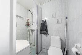 Alakerran wc jossa suihku