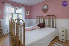 Yläkerran vaaleanpunainen kammari