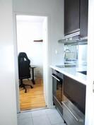 Huoneiden välissä pieni ikkunallinen keittiö