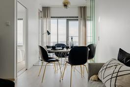 Loiston malliasunto A109 2h+kt 43,5 m2 + viherh. 4,5 m2: olohuone+ taustalla viherhuone