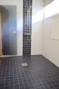 Juuri remontoitu kylpyhuone.