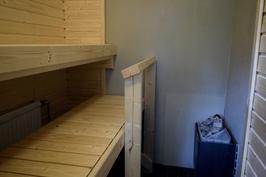 Remontoitu sauna jossa sähkökiuas.