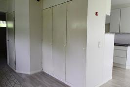 Kodinhoitohuone josta uloskäynti sivupihalle.