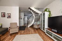 Olohuone ja yläkertaan vievät portaat