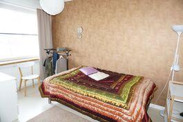 Makuuhuone 1 on olohuoneen vieressä