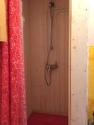 Wc tiloissa suihkunurkkaus muovialtaalla