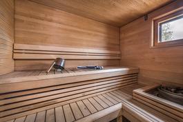 Ikkunallisessa saunassa voit ihalla merimaisemaa.