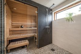 Sauna- ja pesutila. Pesutilasta käynti suoraan terassille.