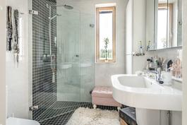 Yläkerran erillinen kylpyhuone/wc.