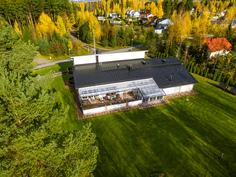 Talo ilmakuvassa takapihan puolelta kuvattuna.