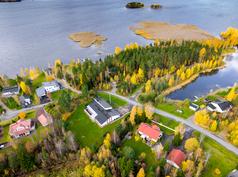 Myytävä talo kuvassa keskellä (harmaa katto)