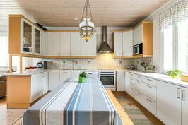 Tyylikäs keittiö, jossa paljon kaappi- ja laskutilaa