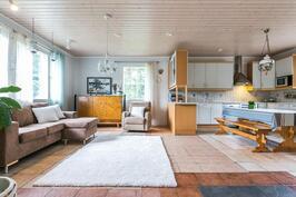 Olohuone ja keittiö eteisestä