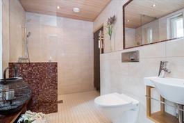 I-krs kylpyhuone - I-våningens badrum