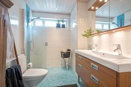 Yläkerran kylpyhuone - Övrebadrummet
