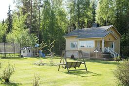 oma 2845 m2:n tila, rajoittuen kahdelta sivultaan metsään/peltoon