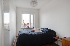 Pienempäänkin makuuhuoneeseen mahtuu parisänky/ En dubbelsäng ryms även i det mindre sovrummet.