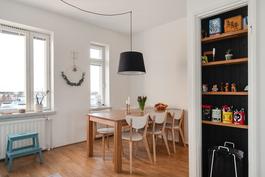 Keittiössä tilaa isollekin ruokapöydälle/ Hit ryms även ett större matbord