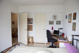 Makuuhuoneen yhteydessä kaksi vaatehuonetta.