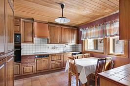 Ison asunnon kaunis ja toimiva keittiö josta käynti ruokailu tilaan ja sisääntuloon