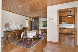 Ruokailuhuone ja sisäänkäynnin vierestä toinen käynti keittiöön