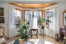 Olohuoneen kauniit ja isot ikkunat