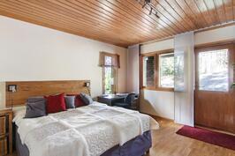 Makuuhuone 1 josta käynti takapihalle
