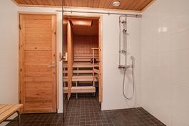 Taloyhtiön saunatila samassa rapussa / Bolagets bastuavdelning i samma trappa.
