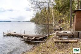 Talon rannassa laituri, vene ja uimakoppi