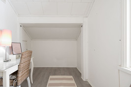 Yläkerran pienmpi makuuhuone