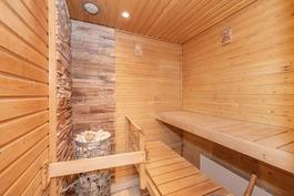 Tässä saunassa viihdyt ja rentoudut.